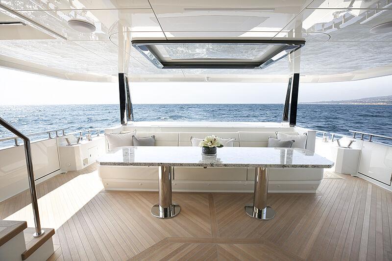 Ocean Alexander 28R07 yacht aft deck