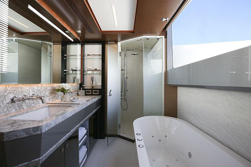 Ocean Alexander 28R07 yacht bathroom