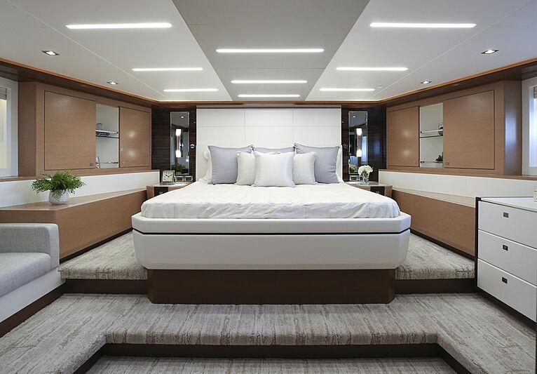 Ocean Alexander 28R07 yacht stateroom