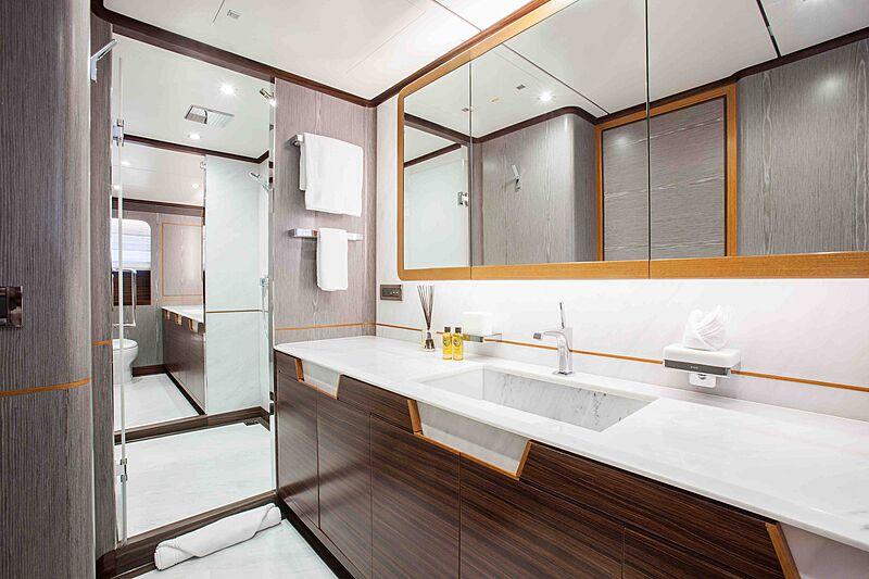 Wild Duck yacht bathroom