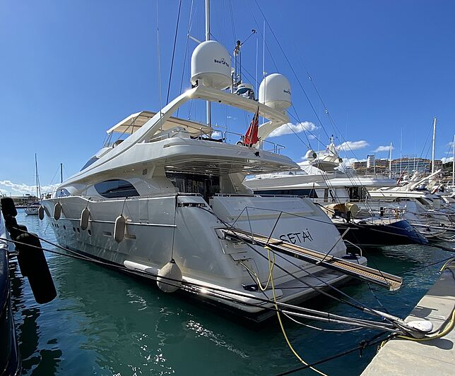 Setai yacht in marina