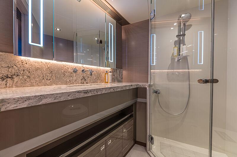 Salle de bain du yacht Ocean Alexander 27E