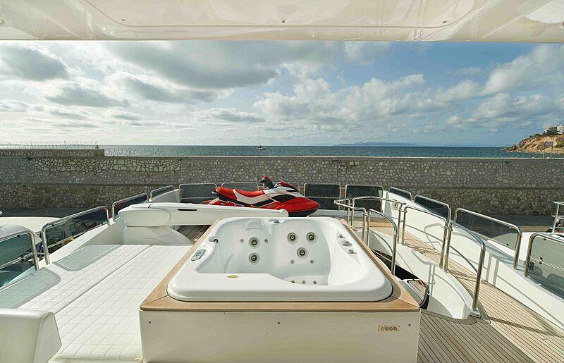 Koukles yacht jacuzzi