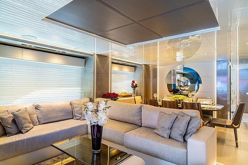 Poderoso yacht saloon