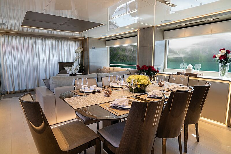 Poderoso yacht dining