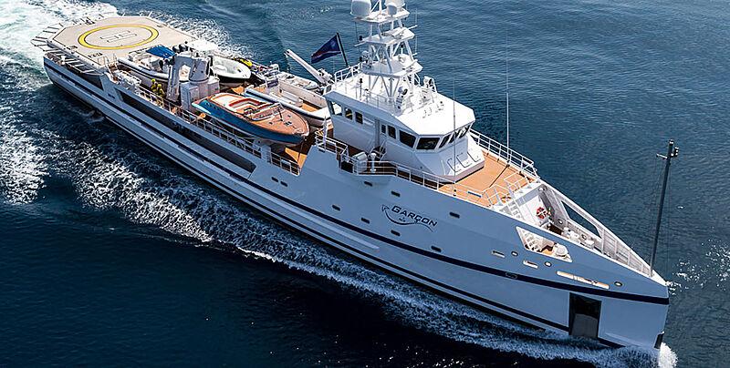 Garçon yacht cruising