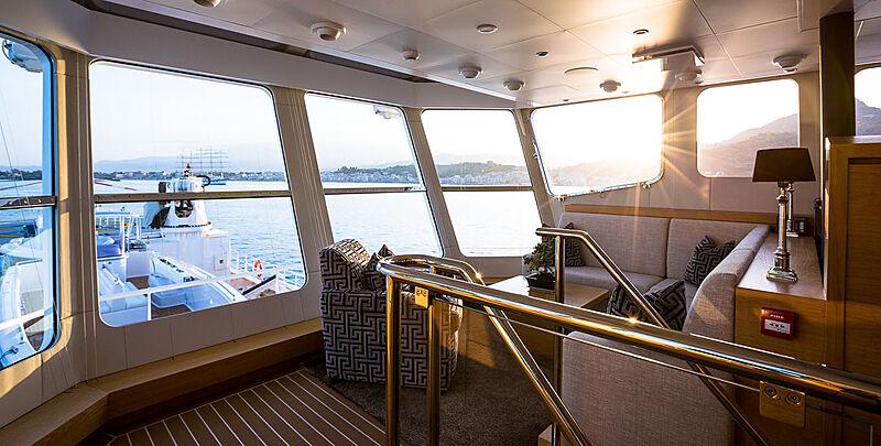 Garçon yacht saloon