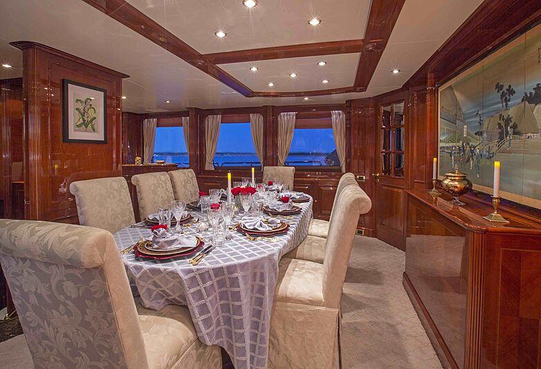 Siete yacht dining