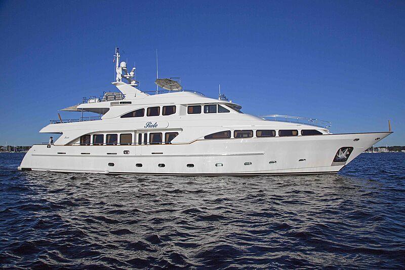 Siete yacht cruising