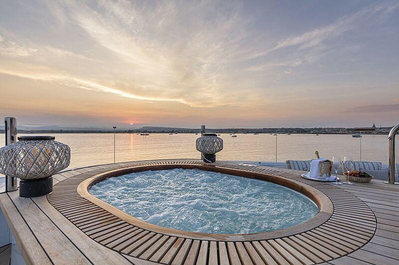 Oasis yacht jacuzzi