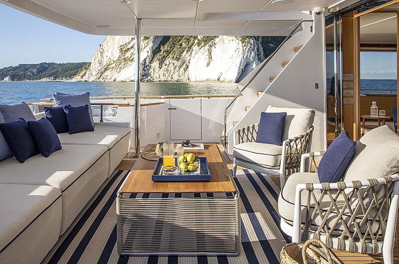 Pont arrière de yacht Custom Line Navetta 30 coque 01