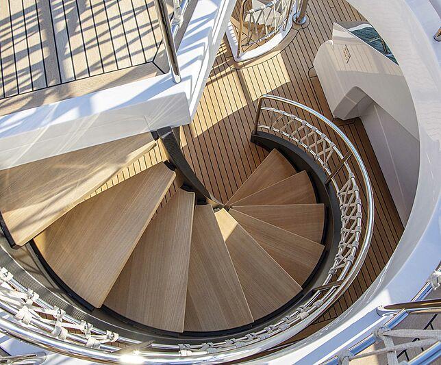 Escalier de pont de yacht Custom Line Navetta 30 coque 01