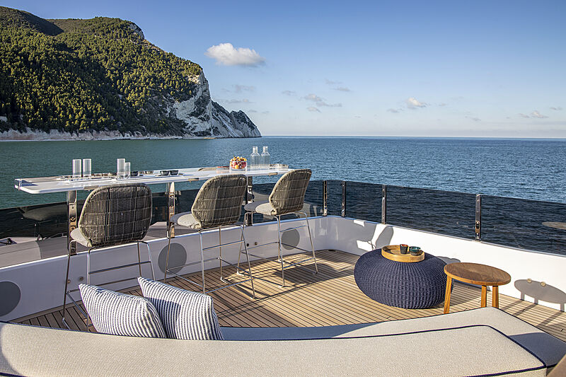 Solarium pour yacht Custom Line Navetta 30 Hull 01