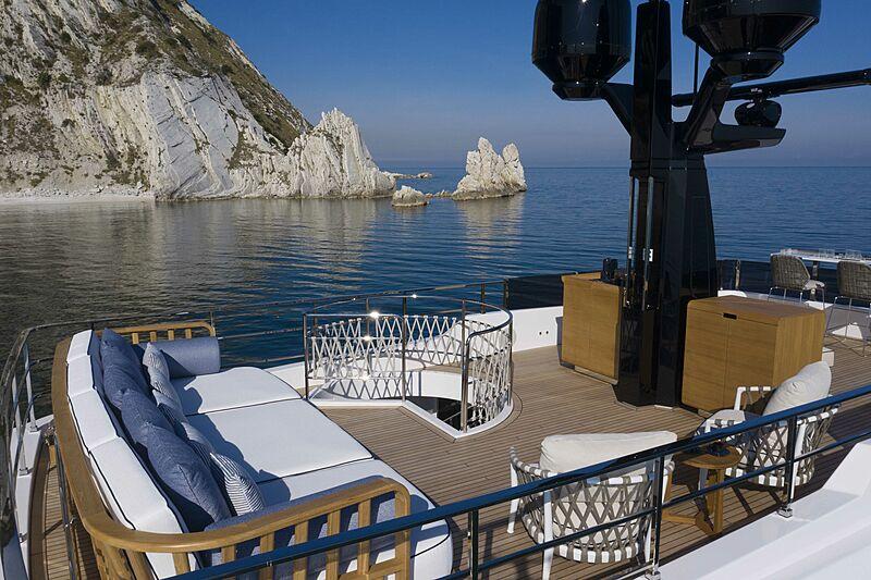 Custom Line Navetta 30 coque 01 pont supérieur de yacht