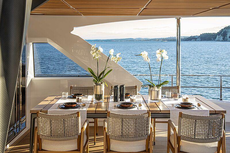 Dîner sur le pont de yacht Custom Line Navetta 30 Hull 01