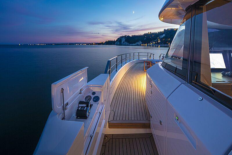 Pont de yacht Custom Line Navetta 30 coque 01