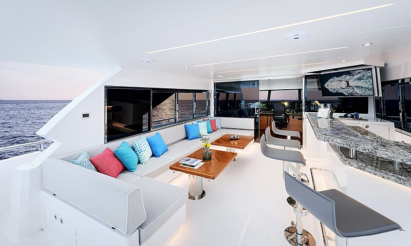 Horizon FD87/16 yacht lounge