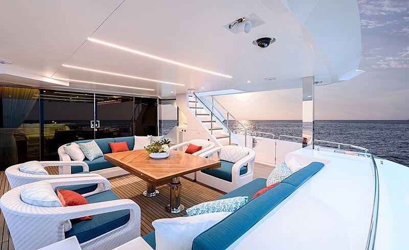 Horizon FD87/16 yacht aft deck