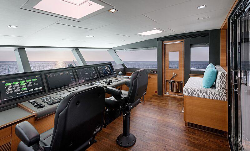 Horizon FD87/16 yacht wheelhouse