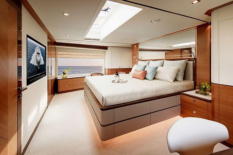 Horizon FD87/16 yacht stateroom