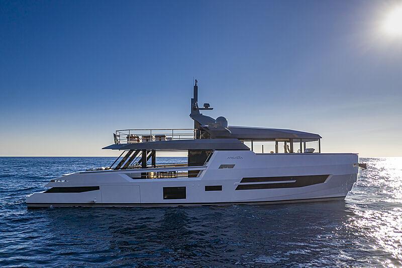Sherpa XL #02 yacht anchored