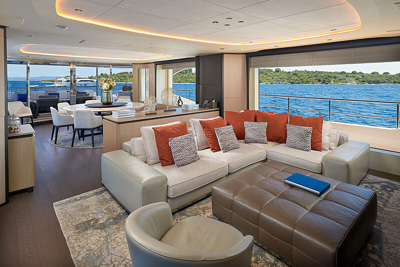 Uny yacht saloon