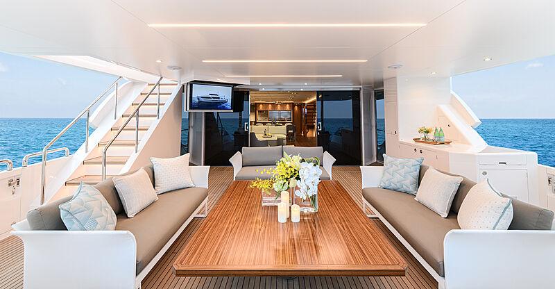 Horizon FD92/17 yacht main deck aft