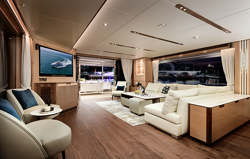 Horizon FD92/17 yacht saloon