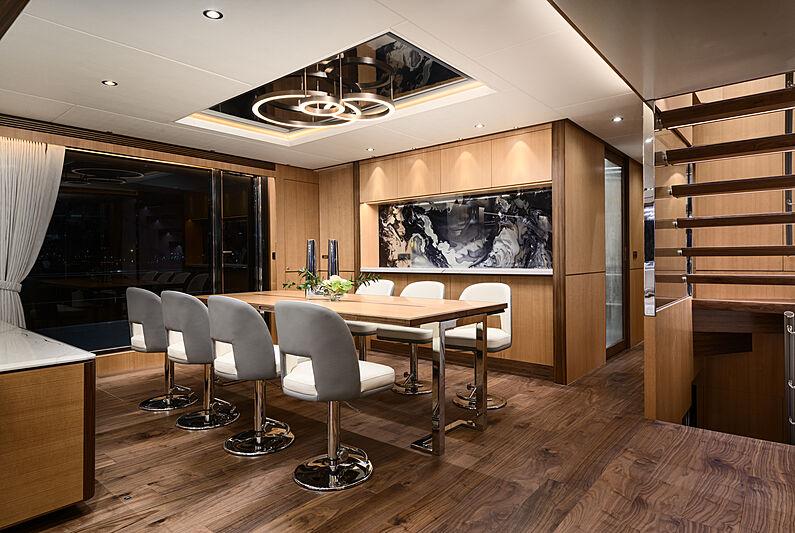 Horizon FD92/17 yacht dining