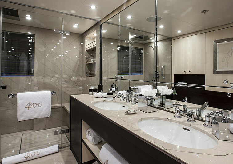 4You yacht bathroom