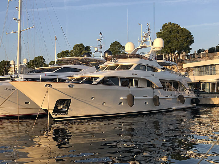 Sogno yacht in marina