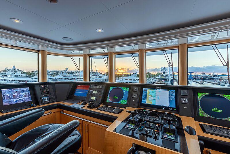 Avanti yacht wheelhouse