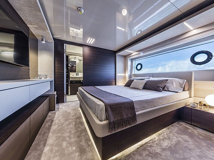 Custom Line Navetta 37 yacht cabin