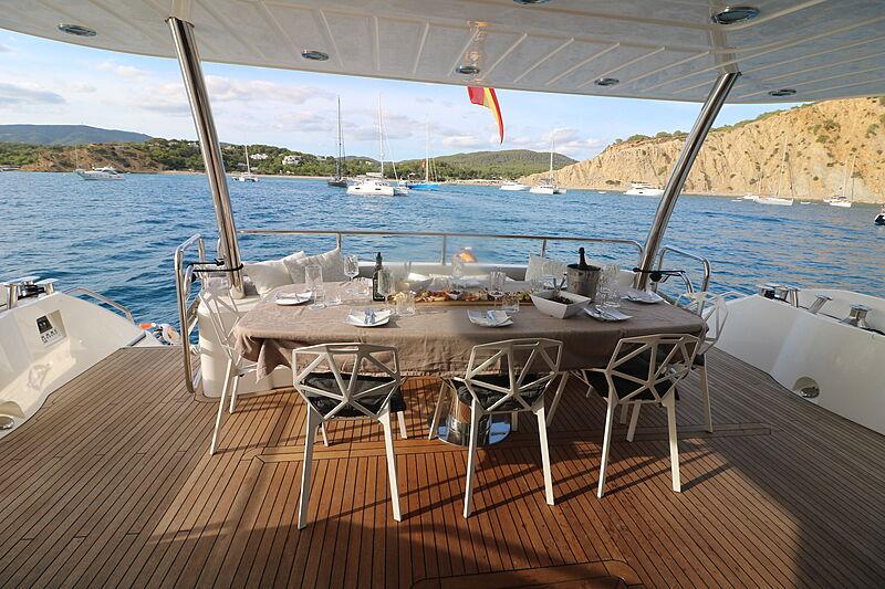 Li-Jor yacht deck dining