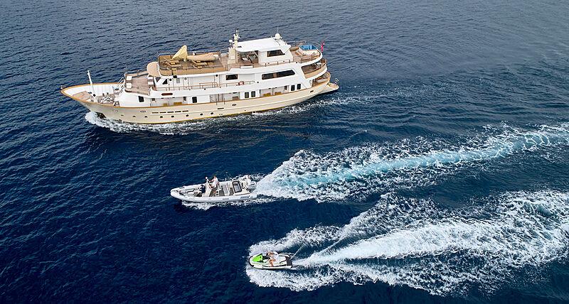 La Perla yacht cruising