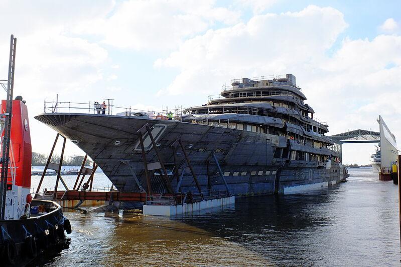 140m+ L眉rssen superyacht project under construction