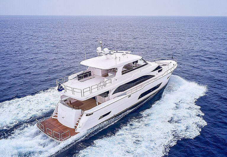 Horizon E81/01 yacht running