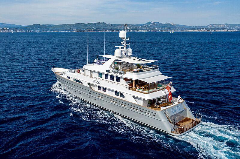 De-De yacht cruising