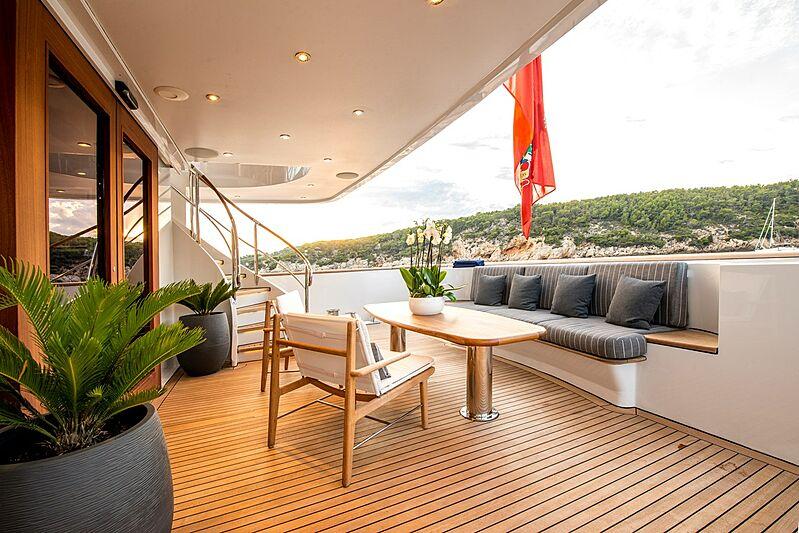 De-De yacht aft deck