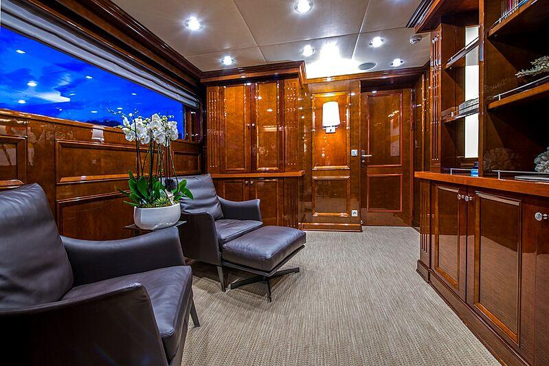 De-De yacht owner's study