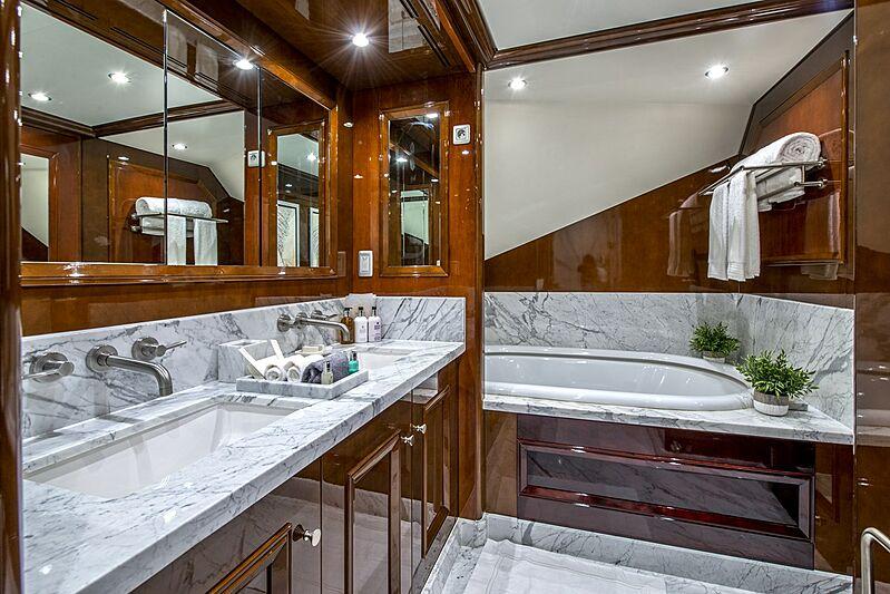 De-De yacht bathroom