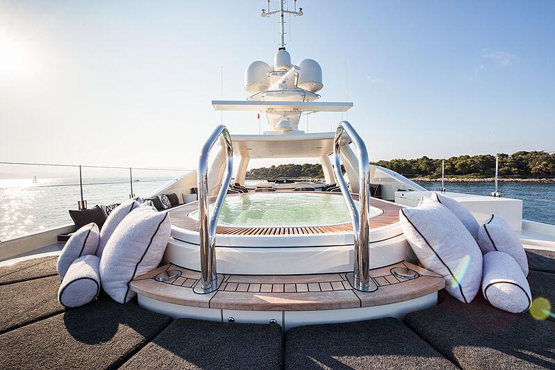 Elixir yacht jacuzzi