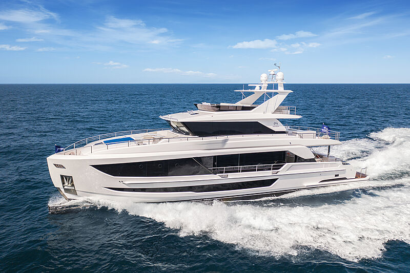Horizon FD92 Tri Deck/19 yacht cruising