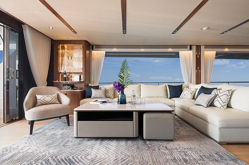 Horizon FD92 Tri Deck/19 yacht saloon