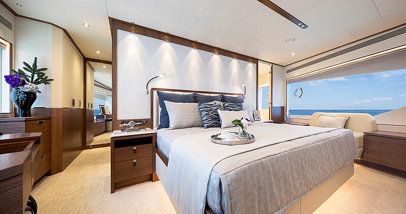 Horizon FD92 Tri Deck/19 yacht stateroom