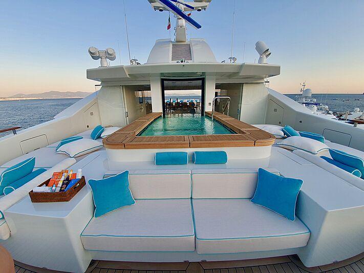 Mimtee yacht jacuzzi