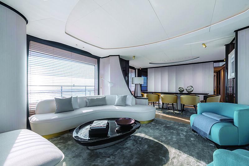 Benetti Delfino 95 yacht saloon