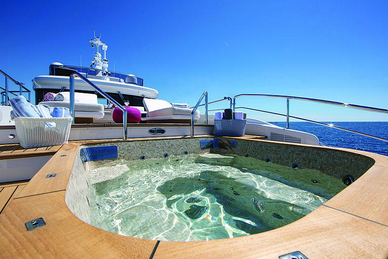 Benetti Delfino 95 yacht jacuzzi
