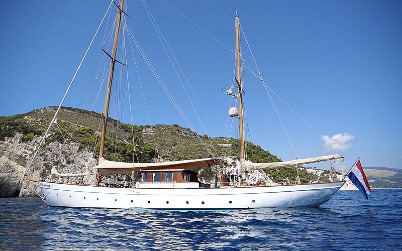 Iduna yacht anchored