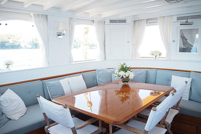 Iduna yacht dining